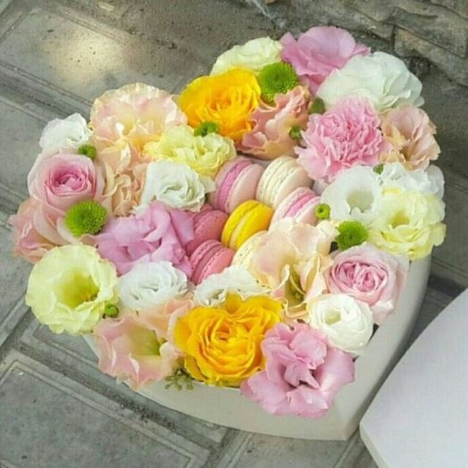 Коробка нежных цветов с макарунами: букеты цветов на заказ Flowwow