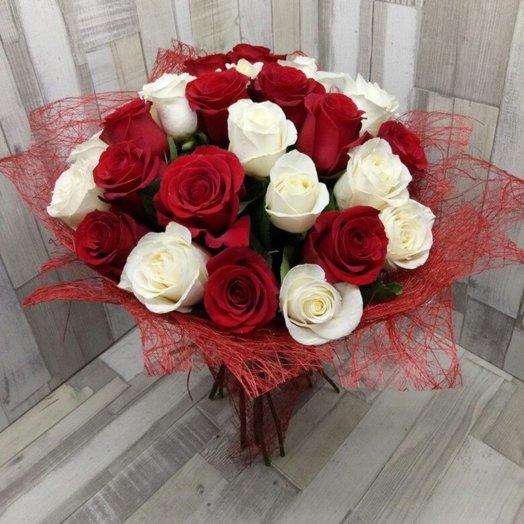 25 красных и белых роз: букеты цветов на заказ Flowwow