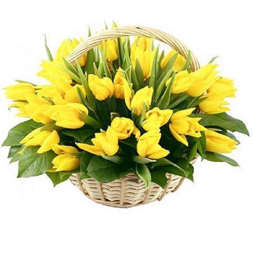 Корзина из 35 желтого тюльпана с салалом: букеты цветов на заказ Flowwow
