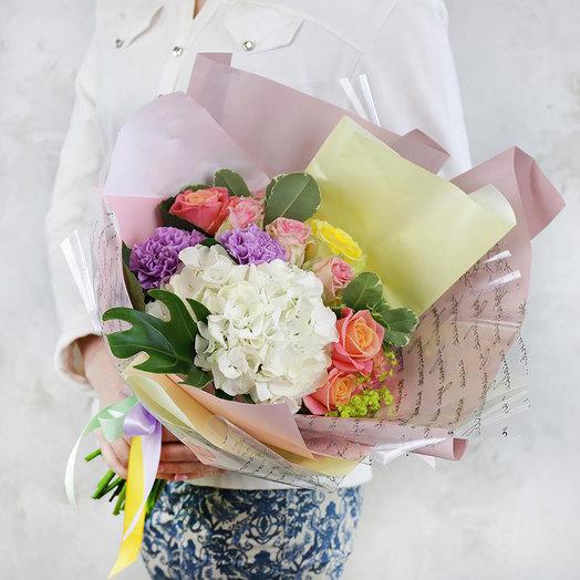 Летний букет из гортензий гвоздик и альхемилл в оригинальной упаковке: букеты цветов на заказ Flowwow
