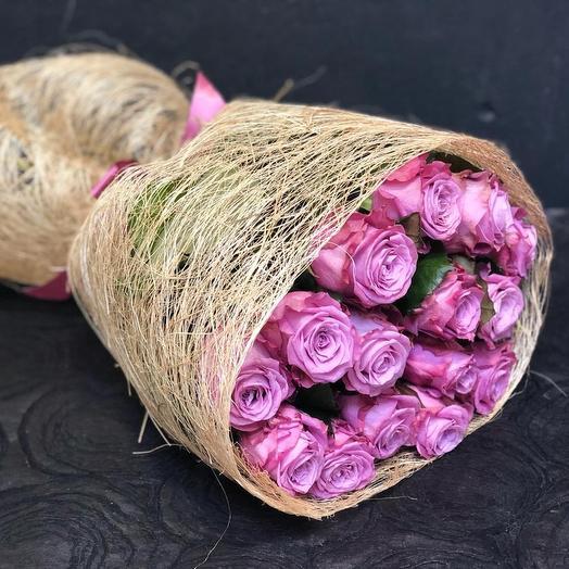 Лиловые розы в натуральной упаковке: букеты цветов на заказ Flowwow