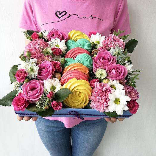 Подарочная коробка из роз хризантем и безе ручной работы: букеты цветов на заказ Flowwow