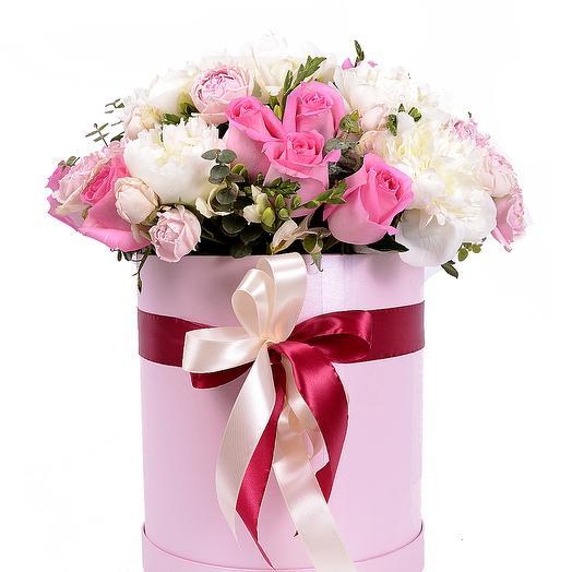 Розы и пионы в розовой шляпной коробке: букеты цветов на заказ Flowwow
