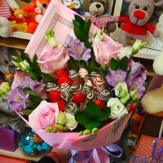 Букет с клубникой Нежность: букеты цветов на заказ Flowwow