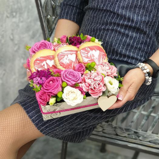 Композиция из роз, эустомы, гвоздик с печеньем Лови Лайки: букеты цветов на заказ Flowwow