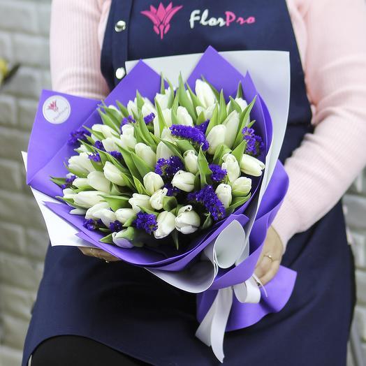 51 белый тюльпан со статицей в упаковке: букеты цветов на заказ Flowwow
