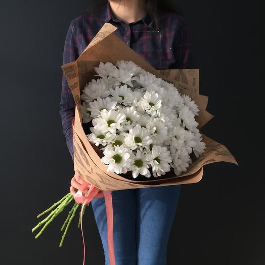 Букет из 9 ромашковых хризантем в крафт оформлении: букеты цветов на заказ Flowwow