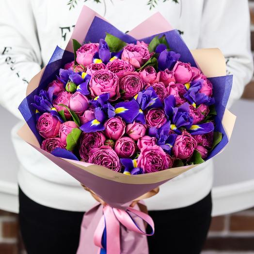 Букет пионовидных кустовых роз с ирисами. N813