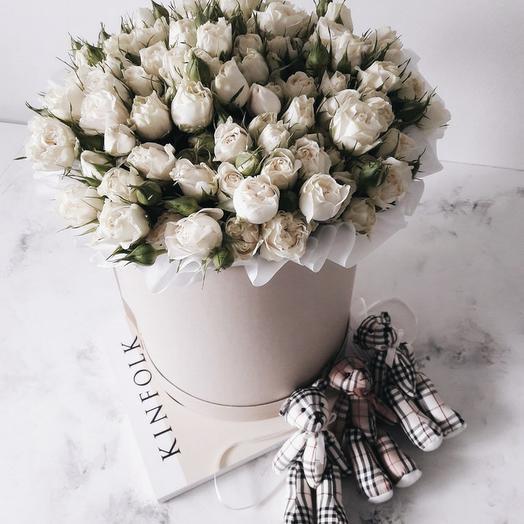 Белые кустовые розы в большой шляпной коробке: букеты цветов на заказ Flowwow