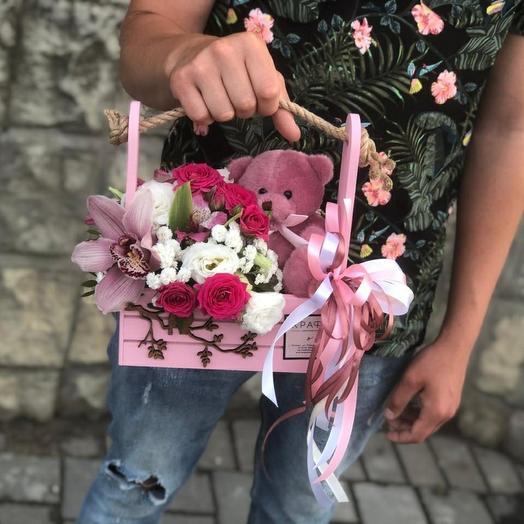 Деревянный бокс с цветами и мягкой игрушкой