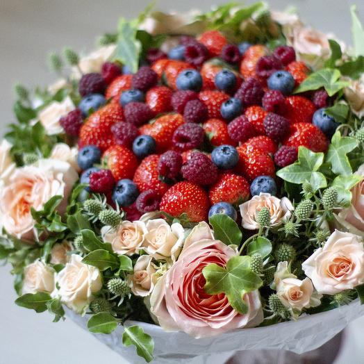 """Букет из ягод """"Ягоды и розы"""""""