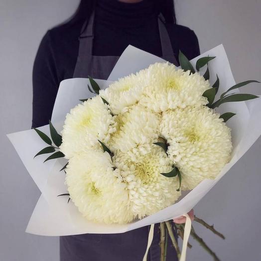 7 белых одноголовых хризантем в упаковке