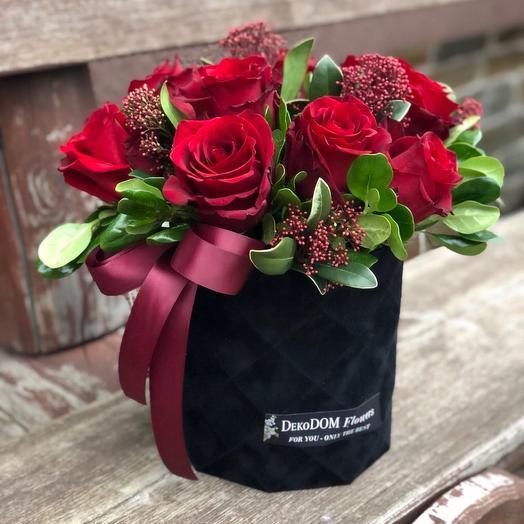Красные розы в стильной бархатной коробке