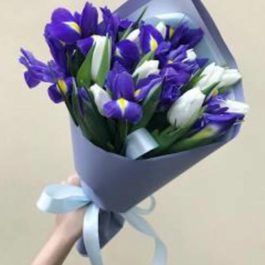 Букет из 11 синих ирисов и 10 белых тюльпанов