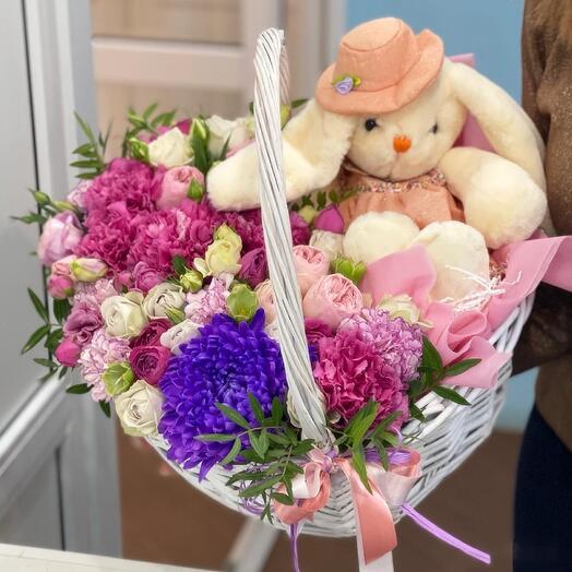 Корзина с цветами и зайкой