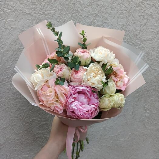 Красота с пионом, гортензией и ассорти цветов