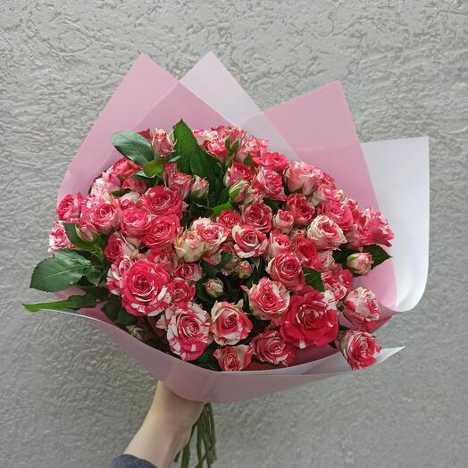 Красивый букет из кустовых роз