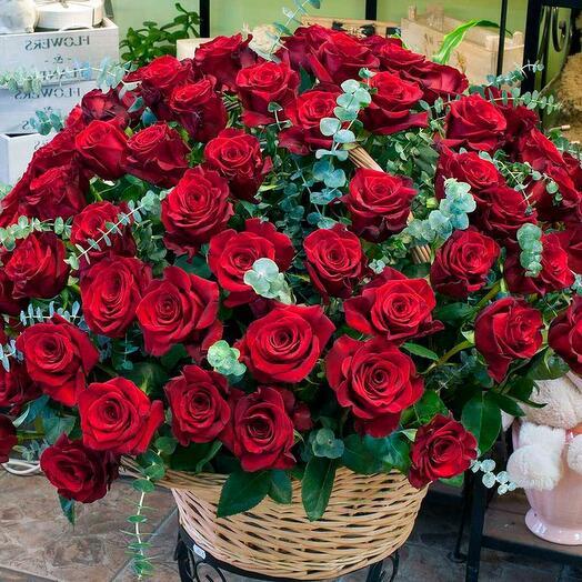 Корзина роз и эвкалипта