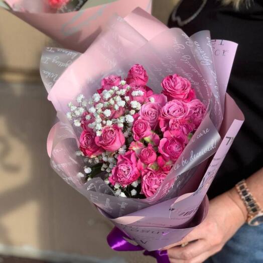 Букет из кустовой розы с гипсофилой