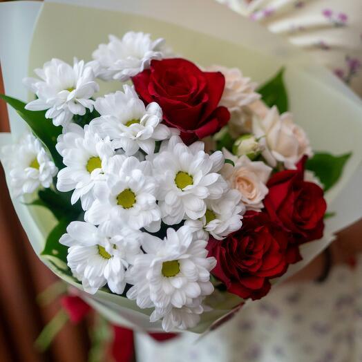 Букет с хризантемой и красной розой
