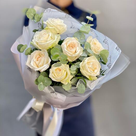 Букет ароматных пионовидных роз с веточками эвкалипта