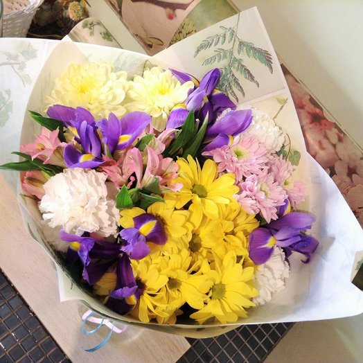 Летний букет с хризантемой и ирисами: букеты цветов на заказ Flowwow