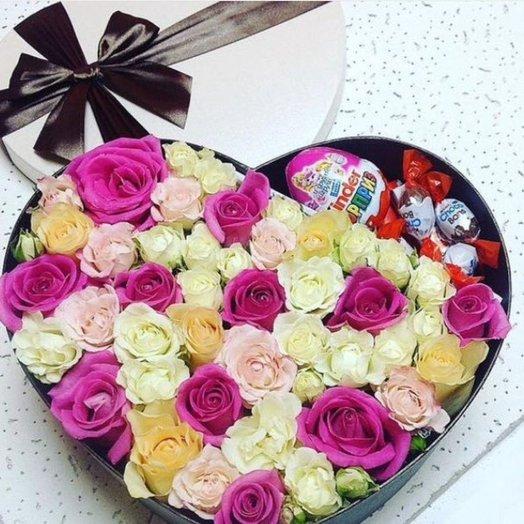 Коробочка микс из роз и сладостей: букеты цветов на заказ Flowwow