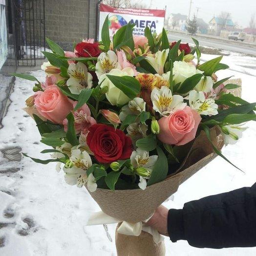 Букет из роз и альстромерий в кофейном крафте: букеты цветов на заказ Flowwow