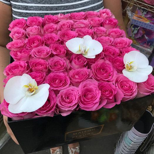 Композиция из розовых роз и белой орхидеи в коробке: букеты цветов на заказ Flowwow