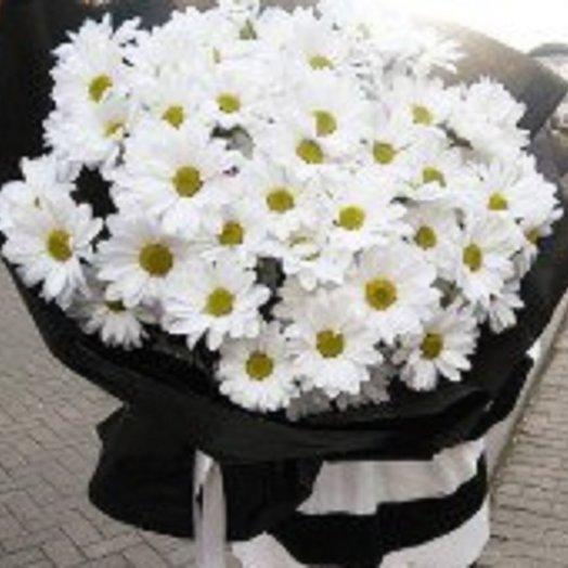 Хризантема в черном крафте: букеты цветов на заказ Flowwow