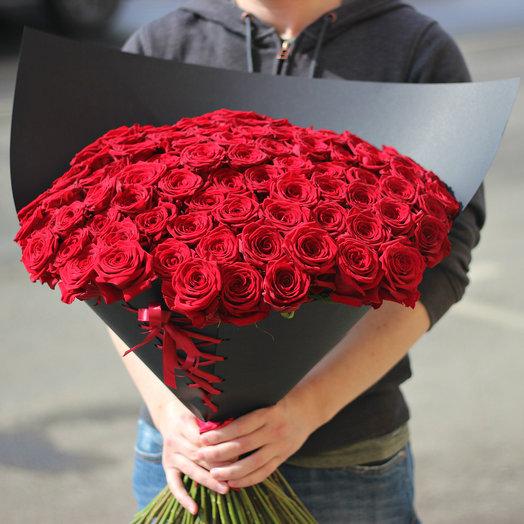 101 красная роза в дизайнерской черной упаковке