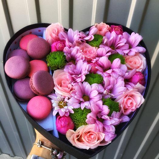 Цветочный комплимент с макаронс: букеты цветов на заказ Flowwow
