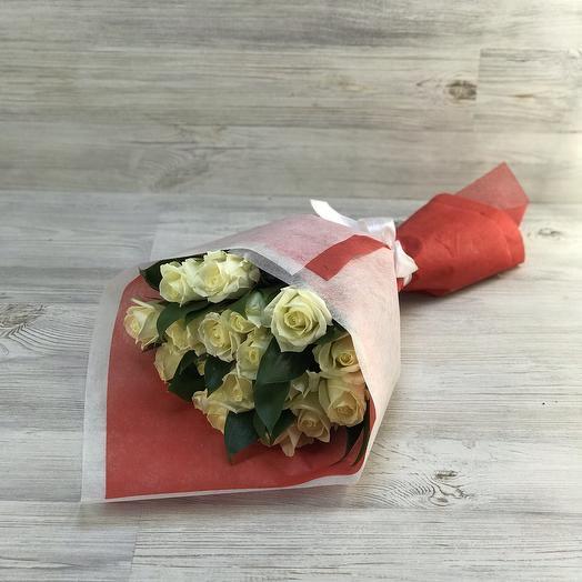 Букет белых роз с зеленью: букеты цветов на заказ Flowwow