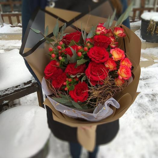 Весна в красном: букеты цветов на заказ Flowwow