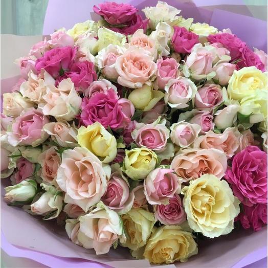Объемный букет из кустовых роз: букеты цветов на заказ Flowwow