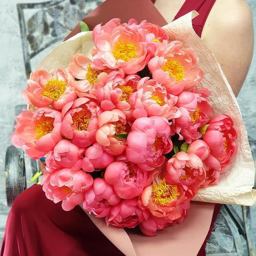 Шикарный букет из 25 коралловых пионов: букеты цветов на заказ Flowwow