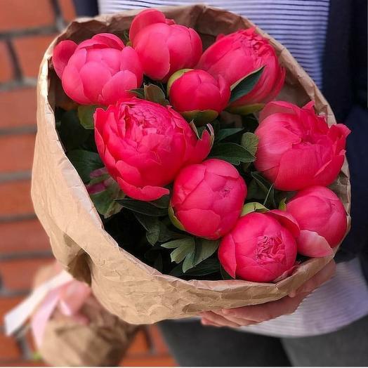 Пионы Корал Шарм в крафте: букеты цветов на заказ Flowwow