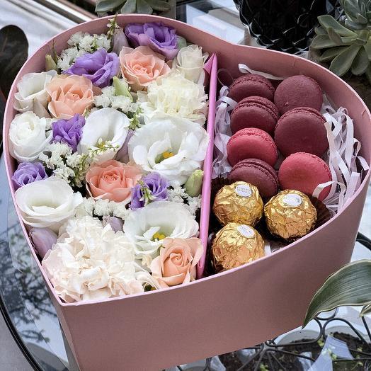 Коробка с цветами и сладостями: букеты цветов на заказ Flowwow