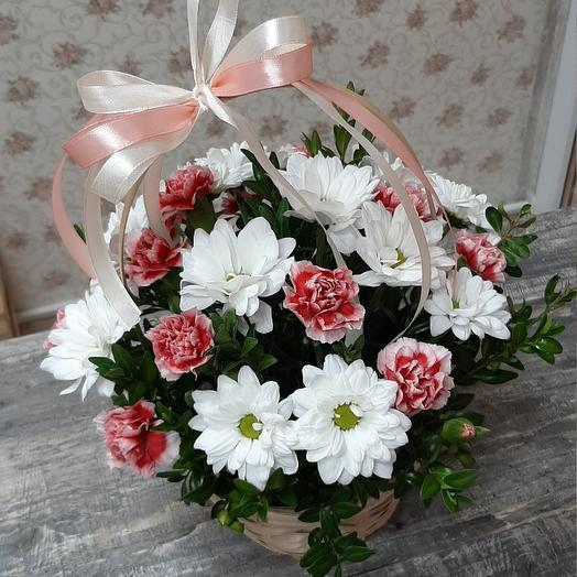Basket Team of chrysanthemums and spray carnations