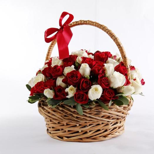 Микс из красно-белых роз в корзине 101 шт: букеты цветов на заказ Flowwow