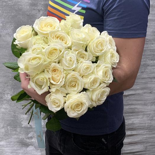 Букет из 25 белых роз с атласной лентой