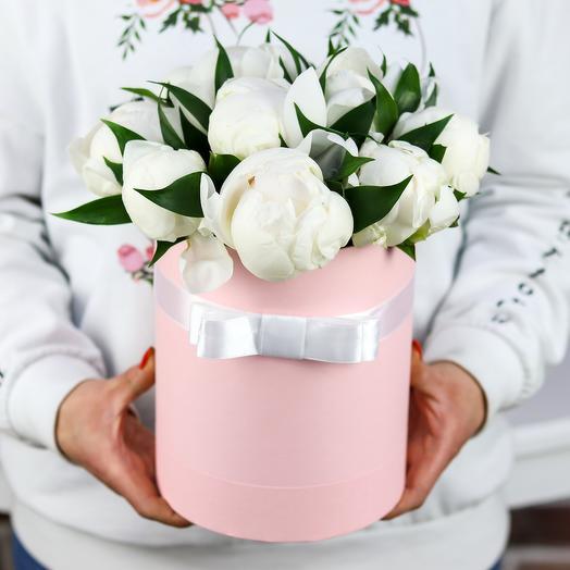 Шляпная коробка из 11 белых пионов. N771