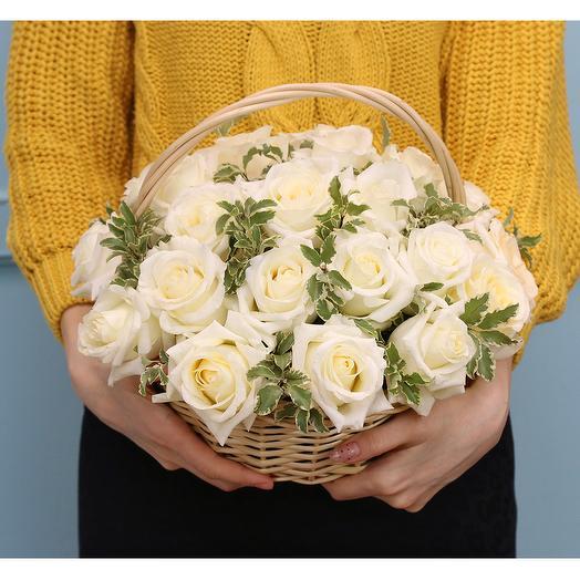 Корзина цветов из 25 белых premium роз 40 см (Эквадор)
