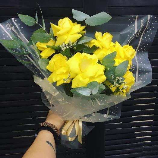 Букет из ярких желтых роз