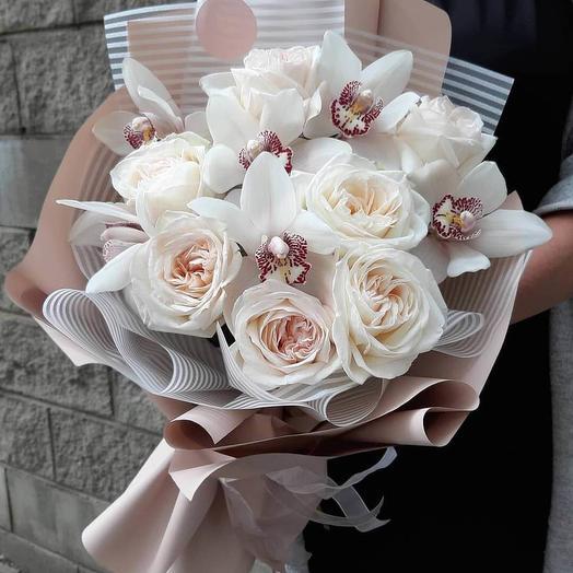 7 пионовидных роз и 6 орхидей в стильном букете