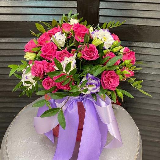 Коробочка с кустовой розой и эустомой