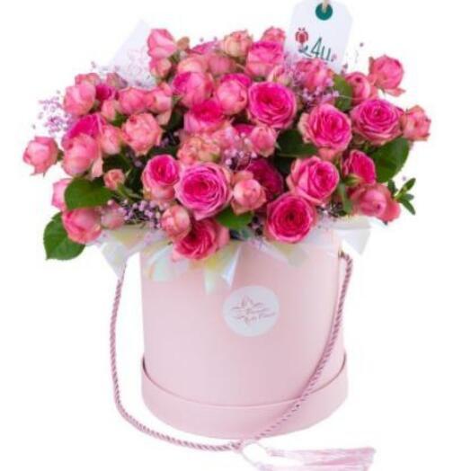 Композиция из кустовых роз и гипсофилы