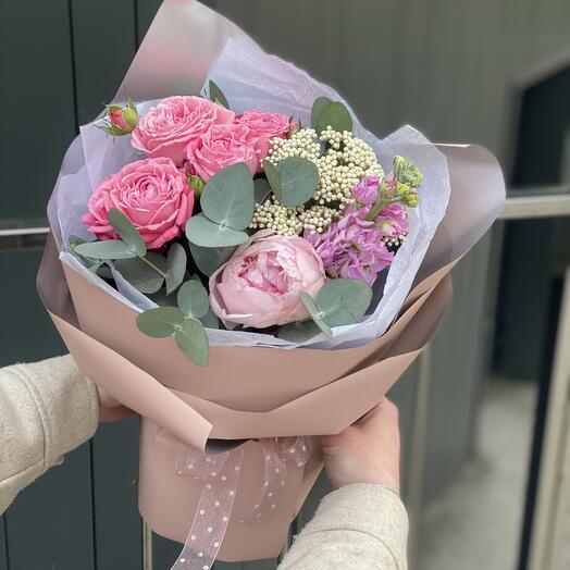 Букет Нинель из пиона, пионовидной розы, маттиолы и озотамнуса
