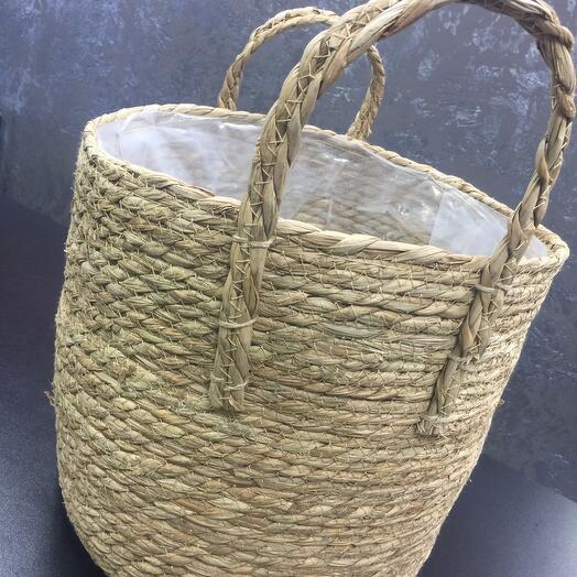 Плетёная корзина из натуральных материалов