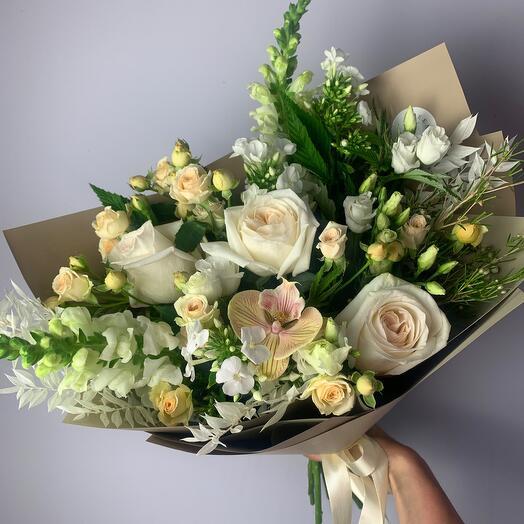 Букет из пионовидных роз с орхидеей
